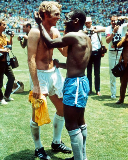 Pele-and-British-captain-Bobby-Moore