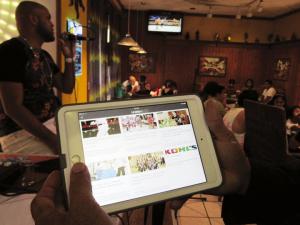 """Desde el portal electrónico de La Jornada Latina, un productor musical, en Springdale, Ohio muestra el enlace de la nueva App """"La Mega 1"""" / """"Todo en Uno"""".  (LJL/Elvia Skeens)"""
